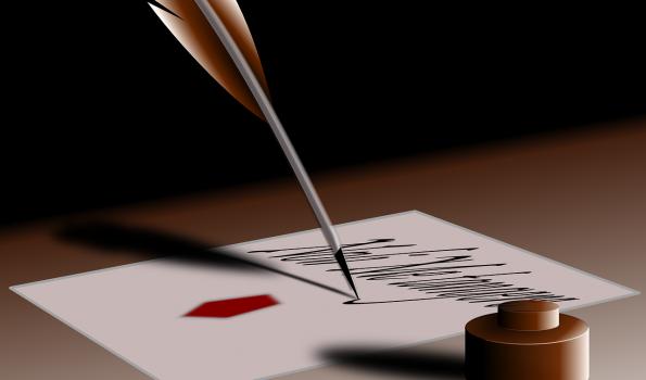 Pióro na zapisanej kartce papieru