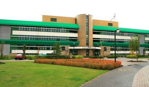 Wydział Nauk o Żywieniu Człowieka i Konsumpcji na SGGW - zielono-biały budynek