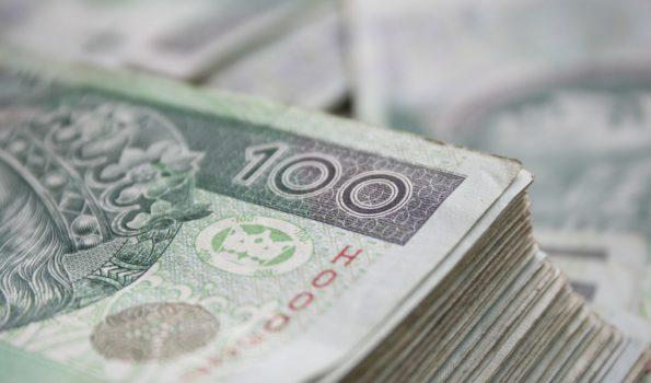 Plik banknotów stuzłotowych
