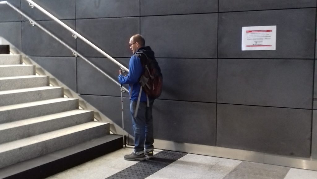 Osoba niewidoma w metrze