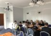Uczestnicy warsztatów słuchają trenera