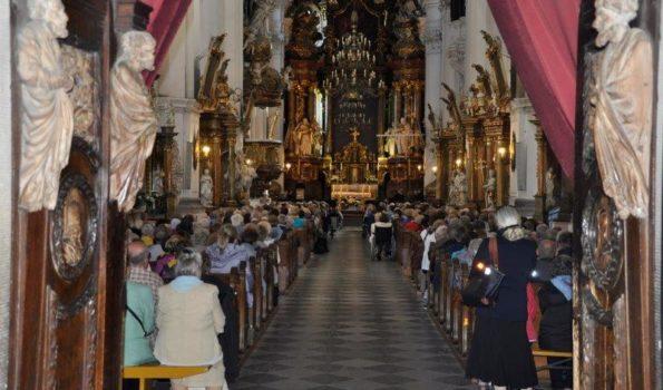 Msza w kościele, w środku modlący się ludzie