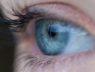 Oko z niebieską tęczówką