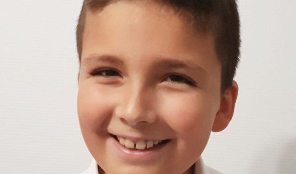 Na zdjęciu uśmiechnięta twarz chłopca.