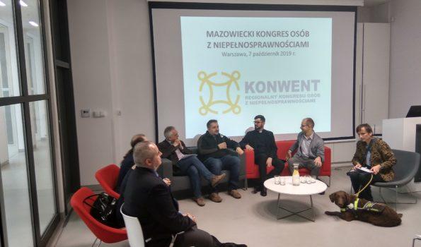 Mazowiecki Konwent Regionalny. Paneliści siedzą na fotelach w półkole