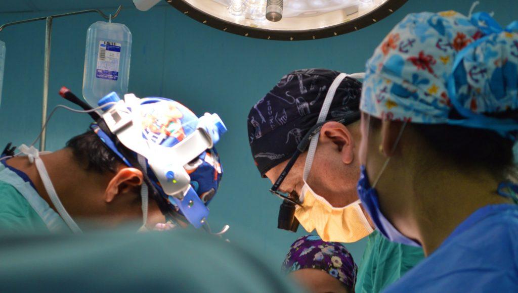 Lekarze w trakcie operacji