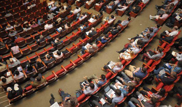 Osoby siedzące na spotkaniu. Audytorium