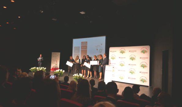 Nagrodzeni wolontariusze na scenie