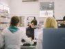 Farmaceuta wydaje pacjentowi lek w aptece