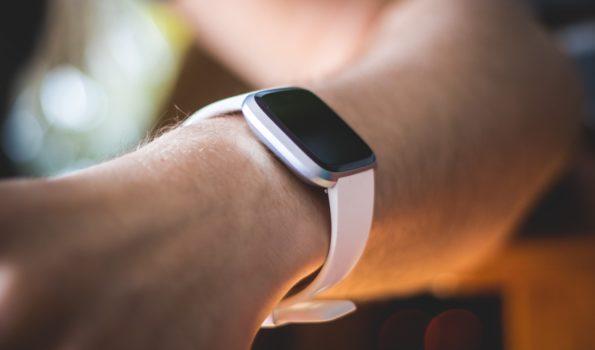 Zbliżenie na smartwatcha na ręku
