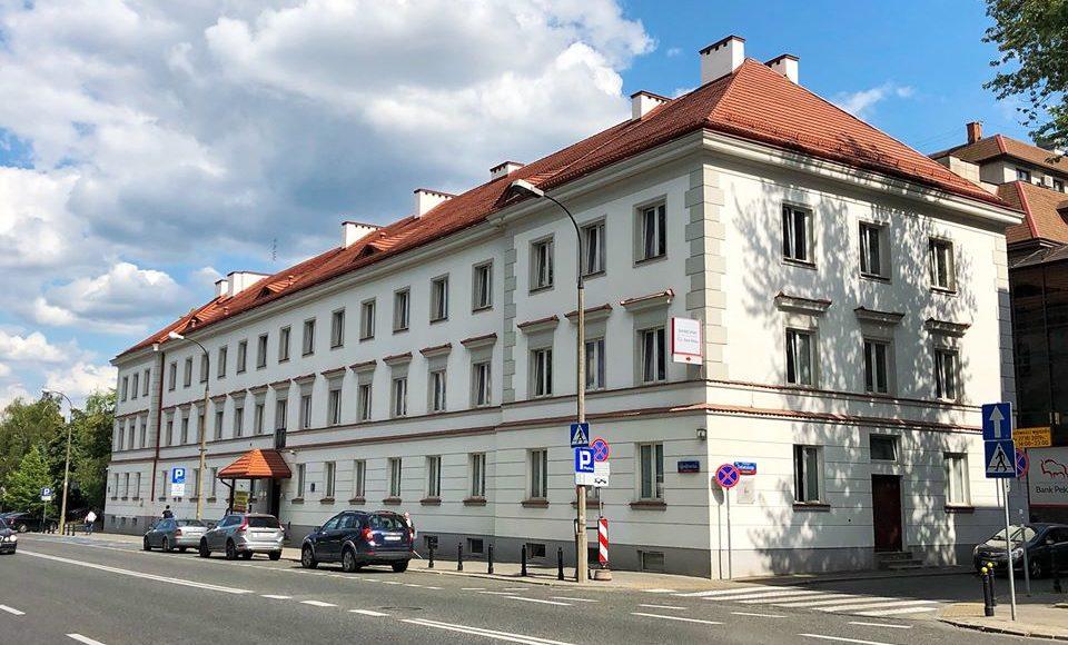 Siedziba Polskiego Związku Niewidomych przy ul. Konwiktorskiej 9. Biały budynek z czerwonym dachem.