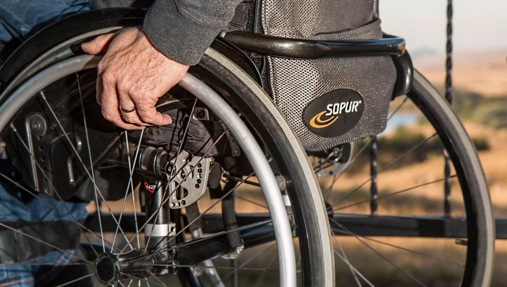 Osoba na wózku inwalidzkim.