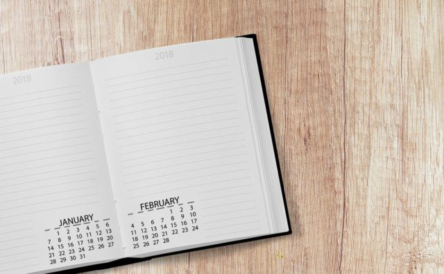kalendarz leżący na biurku