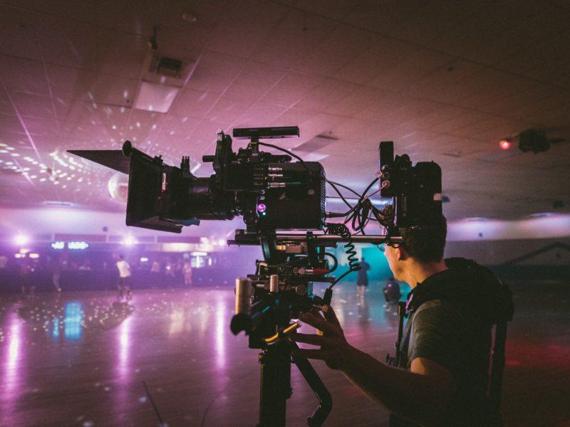Operator z kamerą nagrywa scenę filmową