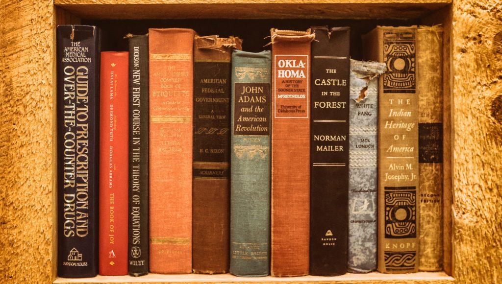 Wiekowe książki na półce