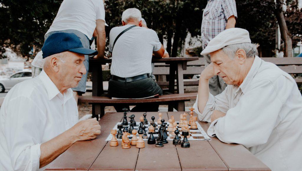 Dwóch starszych mężczyzn gra w szachy