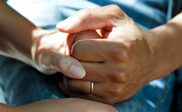 Uścisk dłoni w geście wsparcia