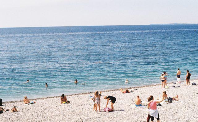 Plaża a na niej kilku urlopowiczów