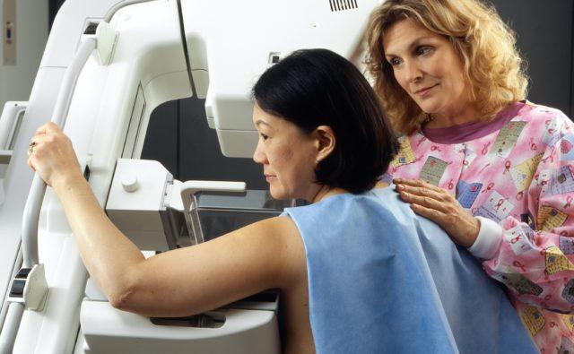 Kobieta w trakcie badania mammograficznego