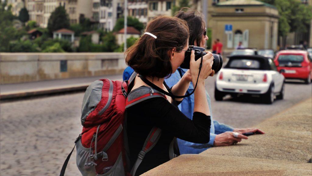 Kobieta robi zdjęcie zabytkowi