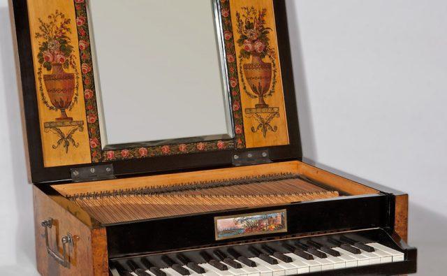 Fortepianik podróżny z 18 wieku