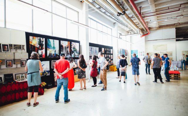 Osoby zwiedzają wystawę