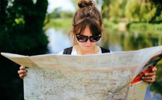 Kobieta ogląda mapę