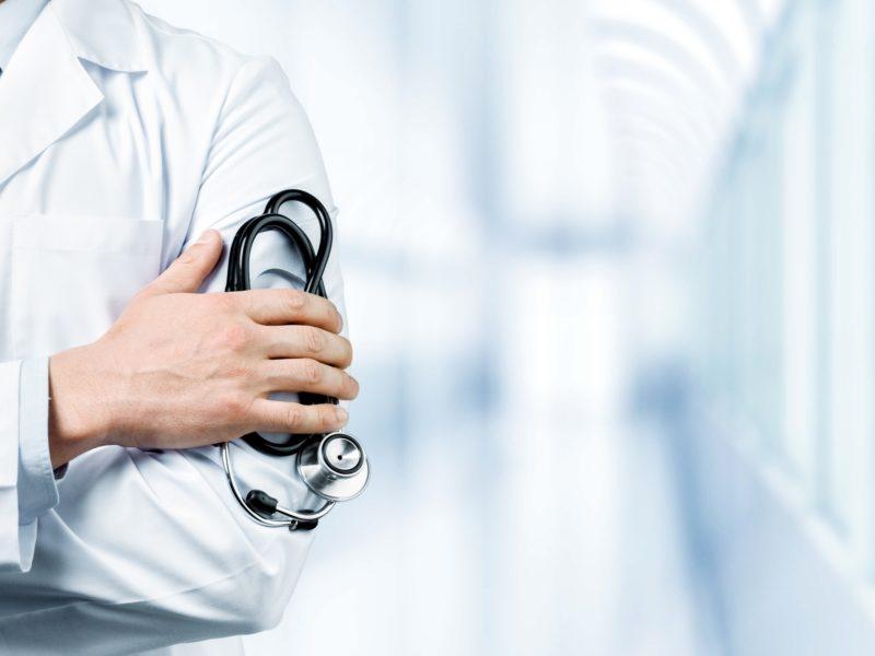Lekarz stoi na korytarzu w przychodni