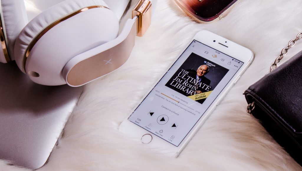 Smartfon a na nim pokazany audiobook, który właśnie jest odtwarzany