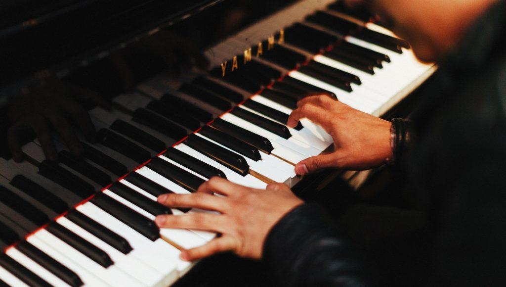 Pianista gra na fortepianie.