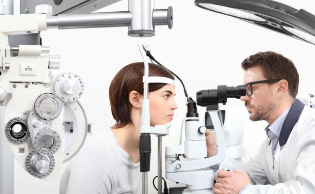 Lekarz okulista bada wzrok pacjentce