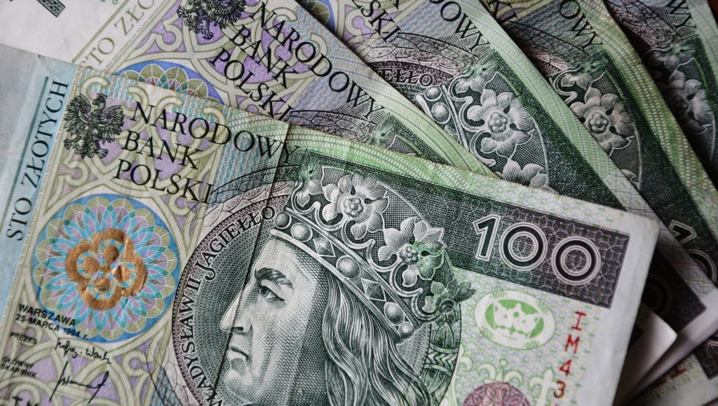 Plik banknotów stuzłotowych.