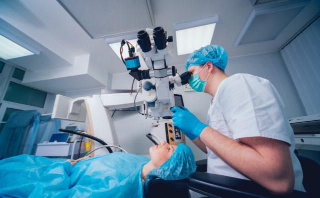 Lekarz i pacjentka w trakcie zabiegu okulistycznego