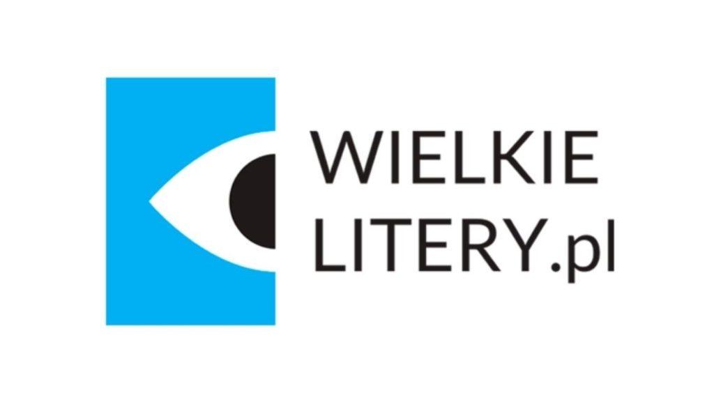 Logotyp serii wydawniczej Wielkie Litery. Na białym tle napis WIELKIELITERY.pl. Obok po lewej stronie niebieski prostokąt, na którym wycięty został w połowie kształt oka.