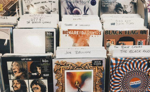 Na półce w rzędach okładki płyt w sklepie muzycznym.