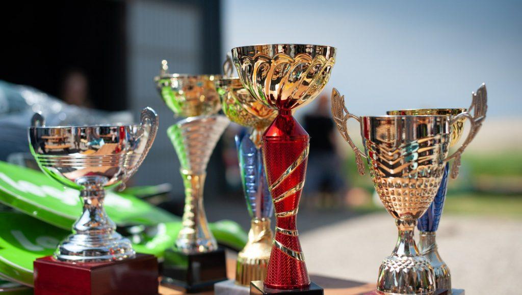 Puchary - nagrody ustawione na stoliku