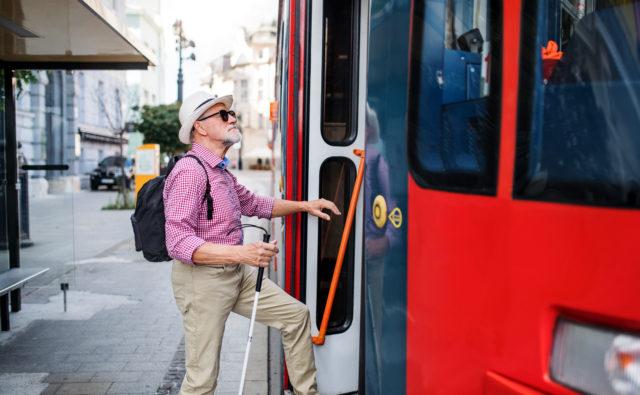 Niewidomy mężczyzna wsiada do tramwaju