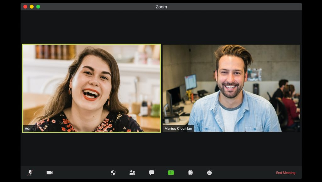 Na ekranie widać dwie osoby, które biorą udział w spotkaniu online