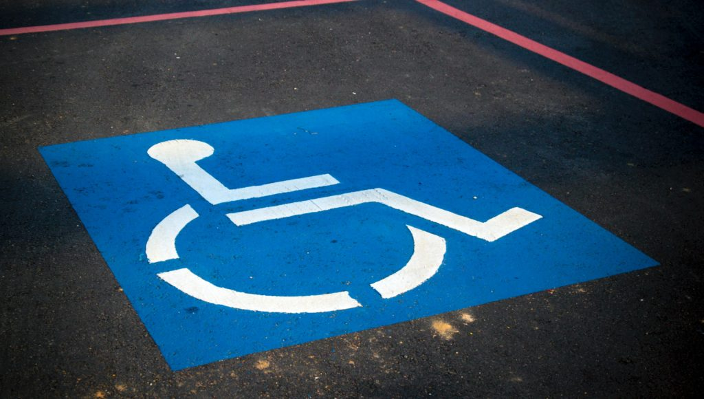 miejsce parkingowe z symbolem graficznym osoby niepełnosprawnej