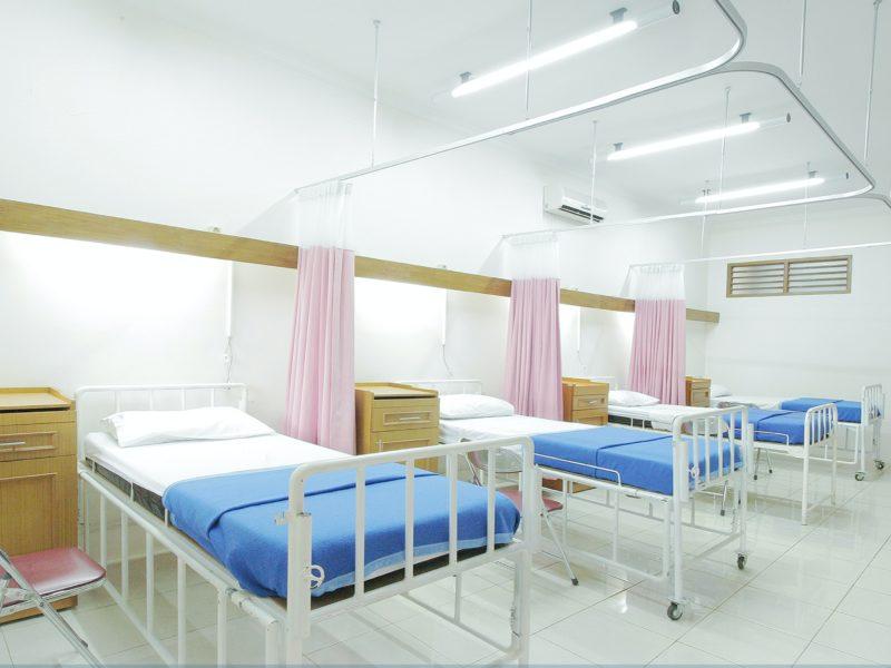 Sala szpitalna z łóżkami dla pacjentów