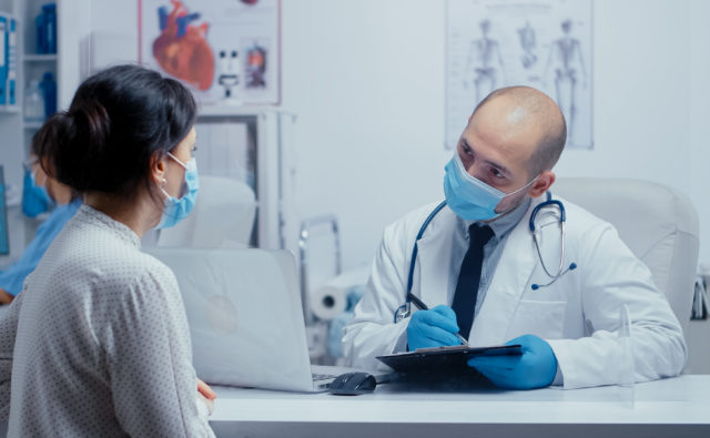 Pacjentka w trakcie konsultacji z lekarzem