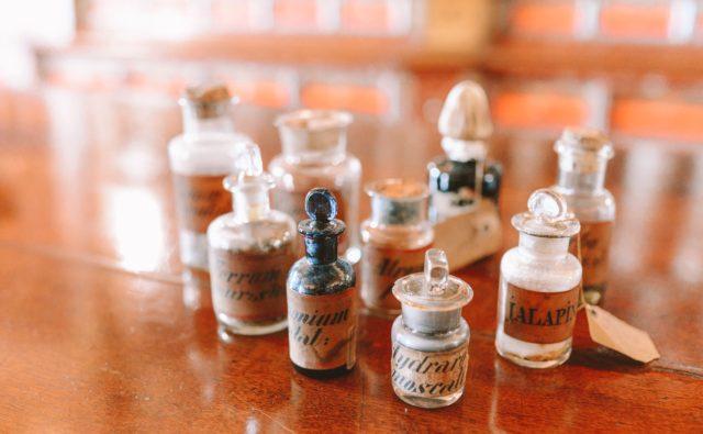 Buteleczki z zapachami ustawione na stole