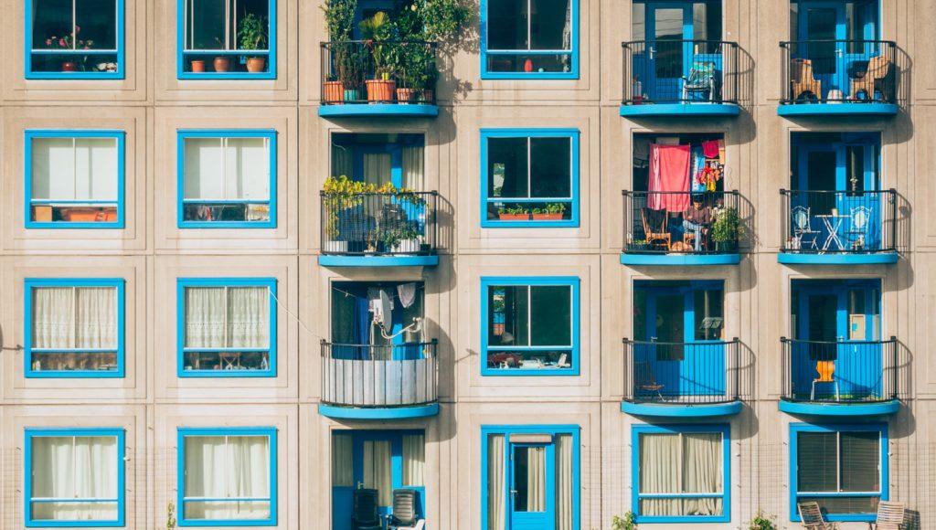 Budynek mieszkaniowy z kolorowymi balkonami