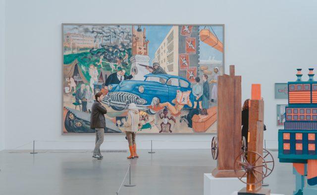 Dwie osoby stoją podziwiają obraz w muzeum