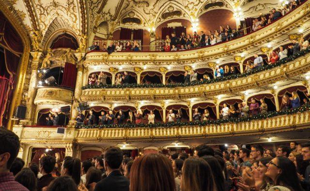 Zabytkowy teatr z ozdobnymi balkonami dla widowni