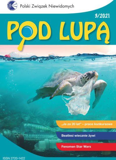 """okładka """"Pod lupą"""" 3/2021; na niej żółw w oceanie pełnym śmieci"""