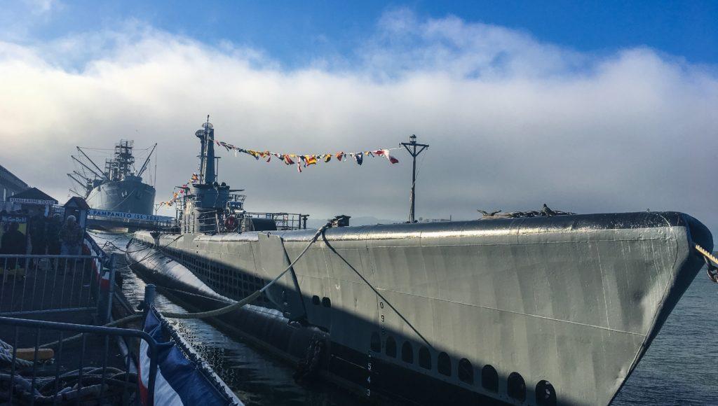 Przycumowany okręt w porcie