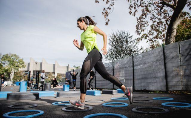 Kobieta w trakcie ćwiczeń na boisku