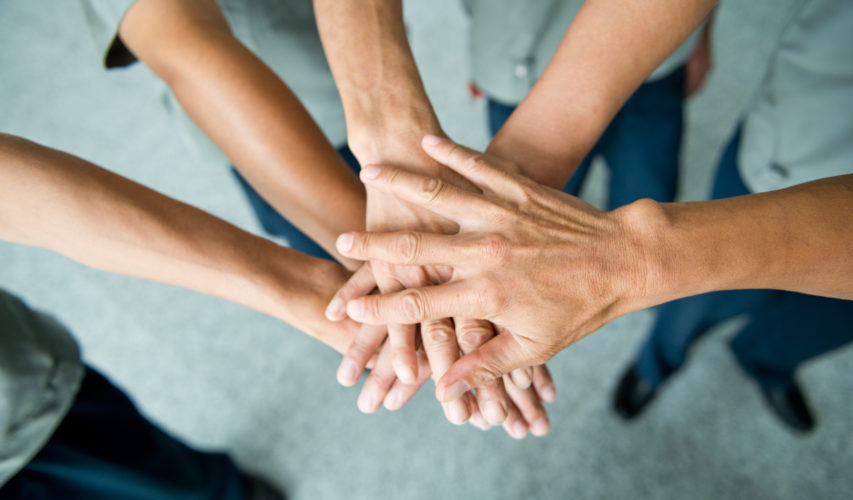 Splecione dłonie uczestników