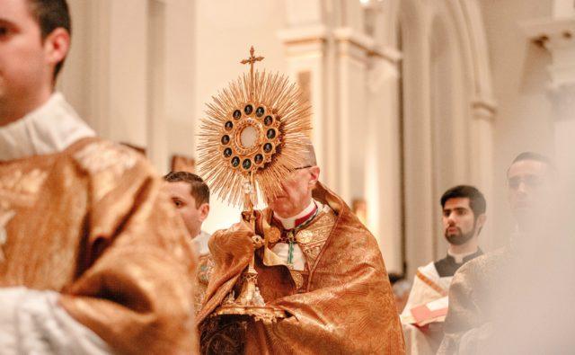 Duchowni z monstrancją w trakcie mszy świętej